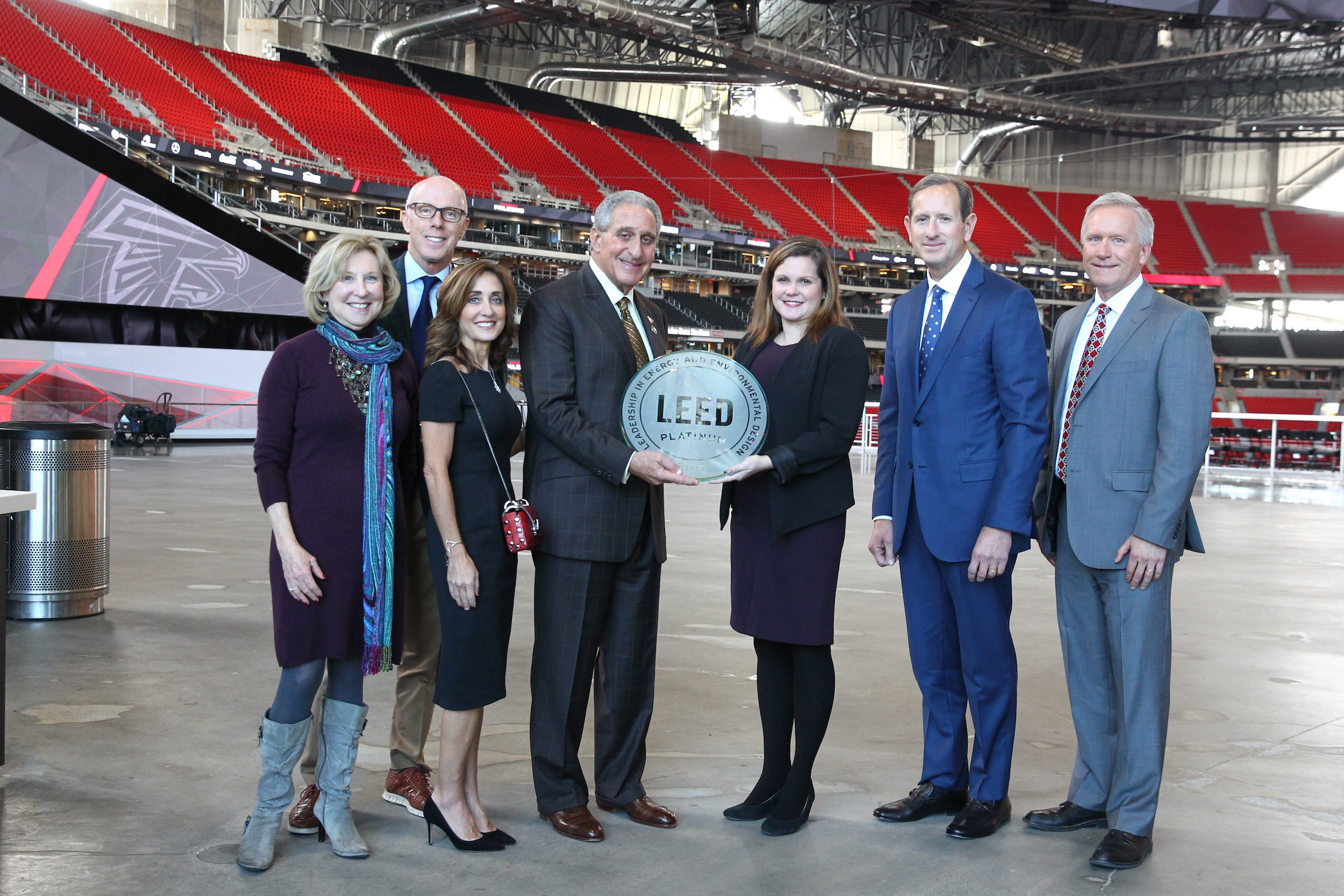 Arthur Blank, owner of the two teams that play in the stadium (the Atlanta United FC and the Atlanta Falcons), with his staff and the Platinum Leed award.