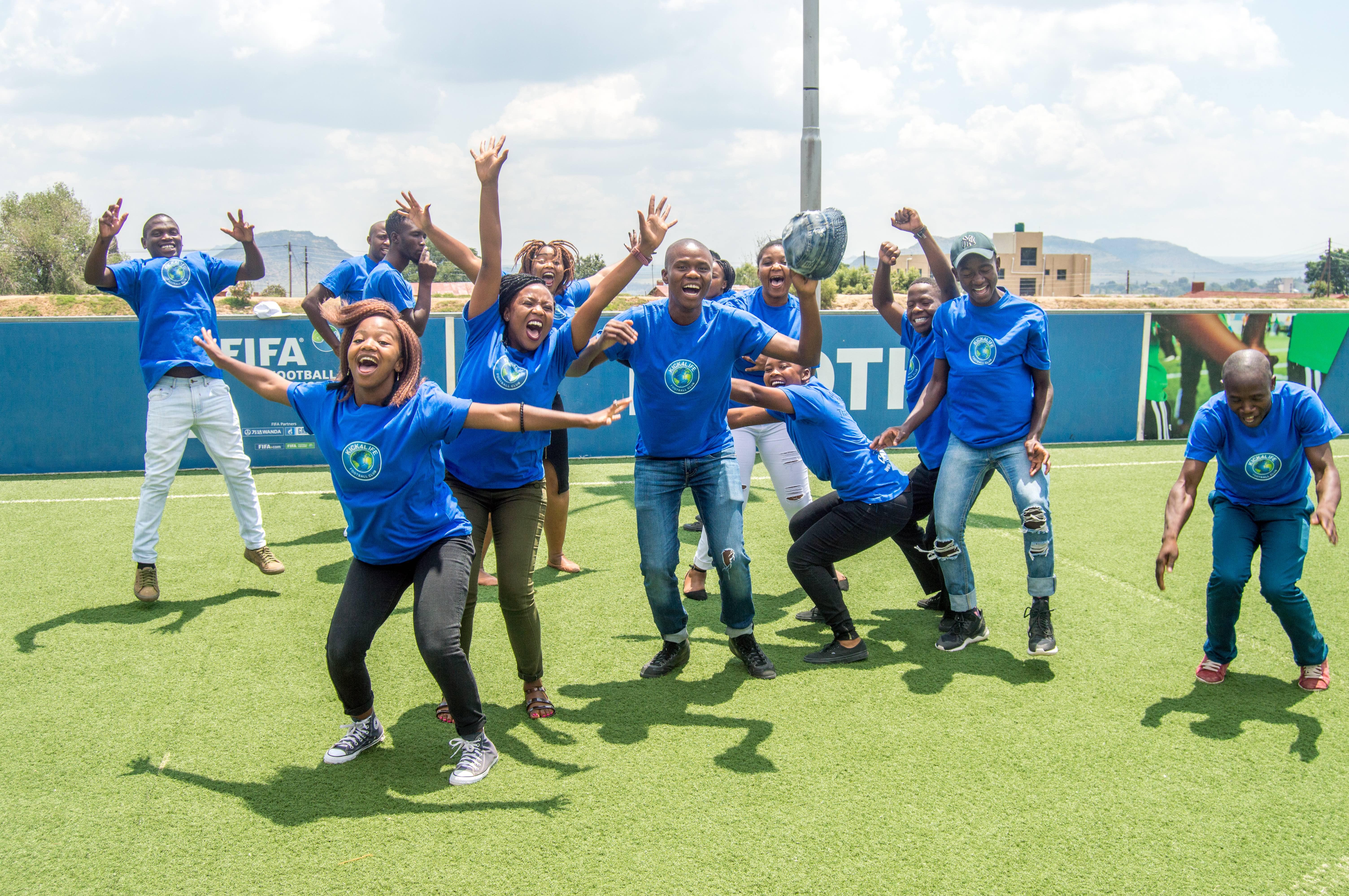 Fomentar la colaboración de equipo sin distinción de sexos es un aprendizaje que estos jóvenes llevan luego a sus casas y familias, transformando su sociedad.