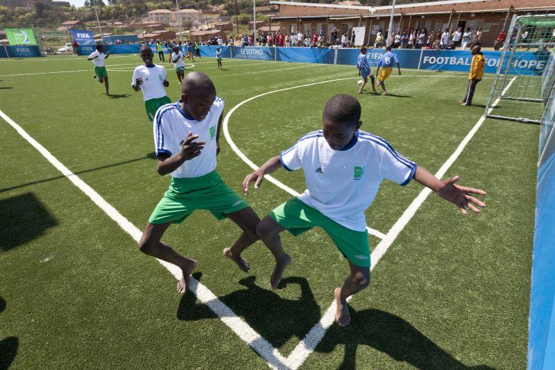 Entrenar descalzo no tiene por qué ser una limitación cuando aprendes que el fútbol puede transformar tu vida.